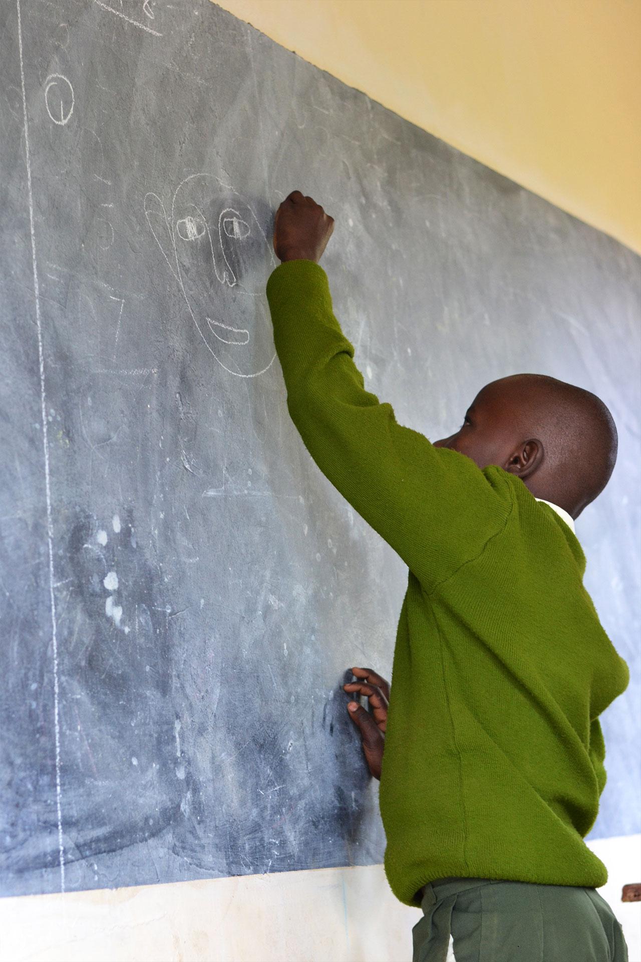 Happy Kids beim Lernen an der Tafel